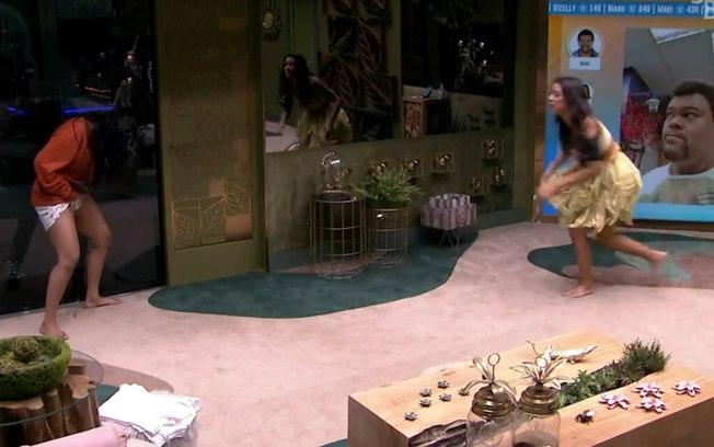 Flayslane fazendo xixi na sala do BBB