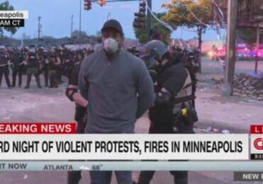 Repórter da CNN é preso ao vivo durante cobertura de protesto – TV & Novelas – iG