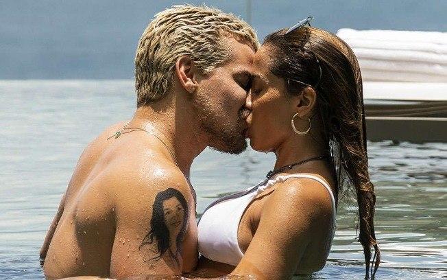 Thiago Martins beijando Anitta na novela
