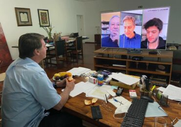 Bolsonaro Posta Foto assistindo a Superlive de Lacombe, com Coppolla e Alexandre Garcia